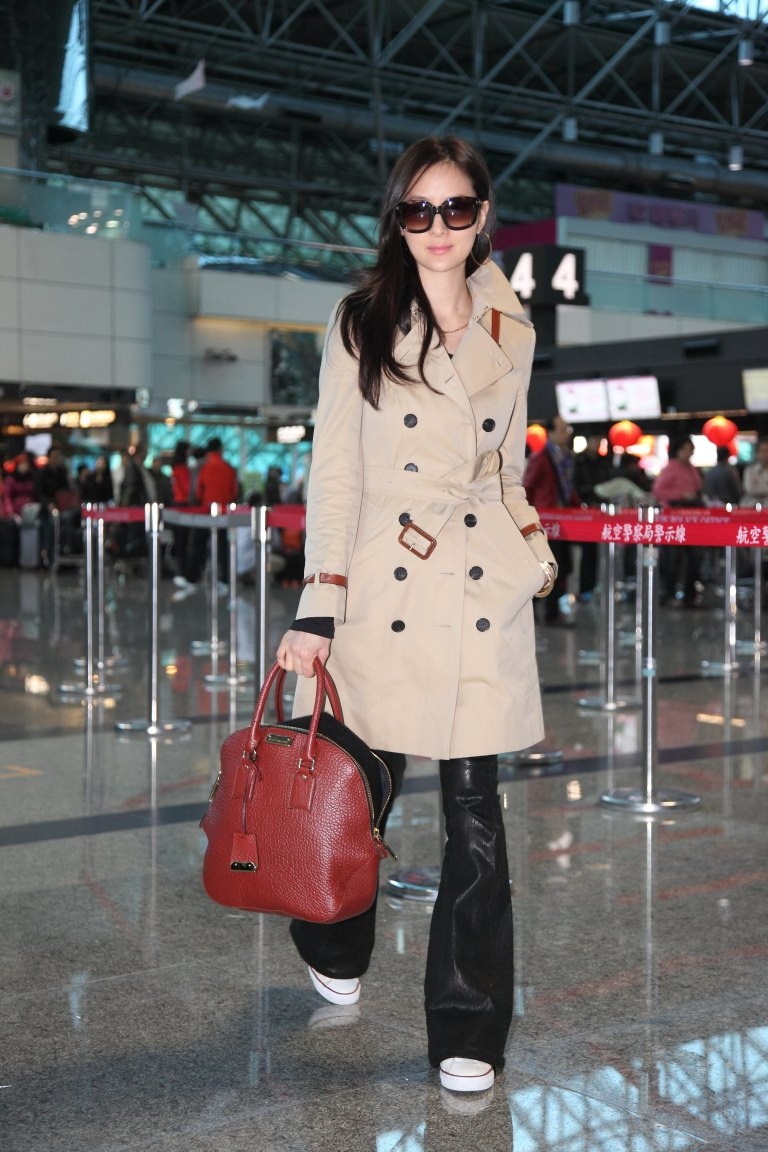 Aimee_Sun_in_trench_coat_and_Orchard_bag_on_the_way_to_LFW_(_Taiwan_Taoyuan_International_Airport,_Feb_16,_2013)