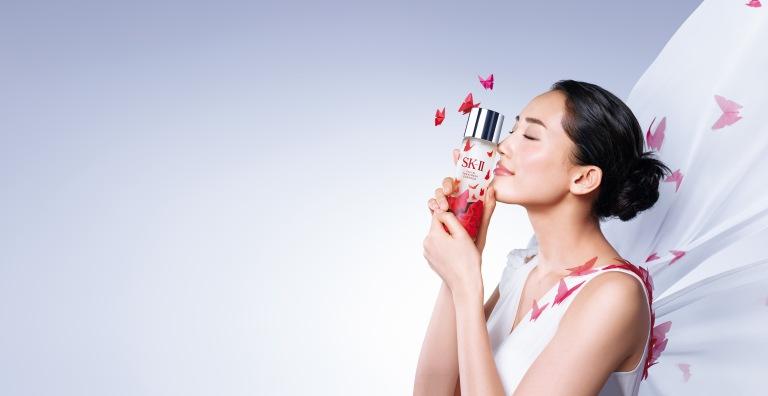 綾瀨遙選擇青春露限量版-紅蝴蝶作為耶誕贈禮首選,透過瓶身傳遞無限的愛與祝福