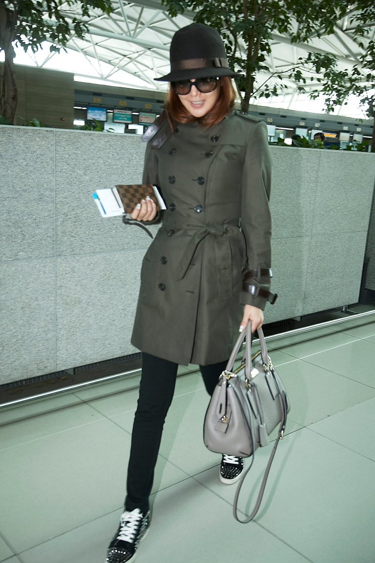 Korean actress Kim Hee sun wearing Burberry trench, leather bag and eyewear on the way to attend Burberry Prorsum womens show in London