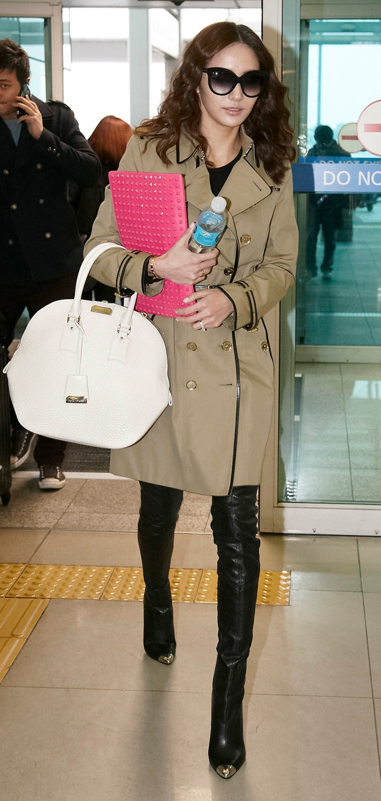 Korean_actress_Han_Chae_Young_wearing_Burberry_trench_coat_and_Orchard_bag_in_Incheon_International_Airport_in_31,_Jan,_2013_-2