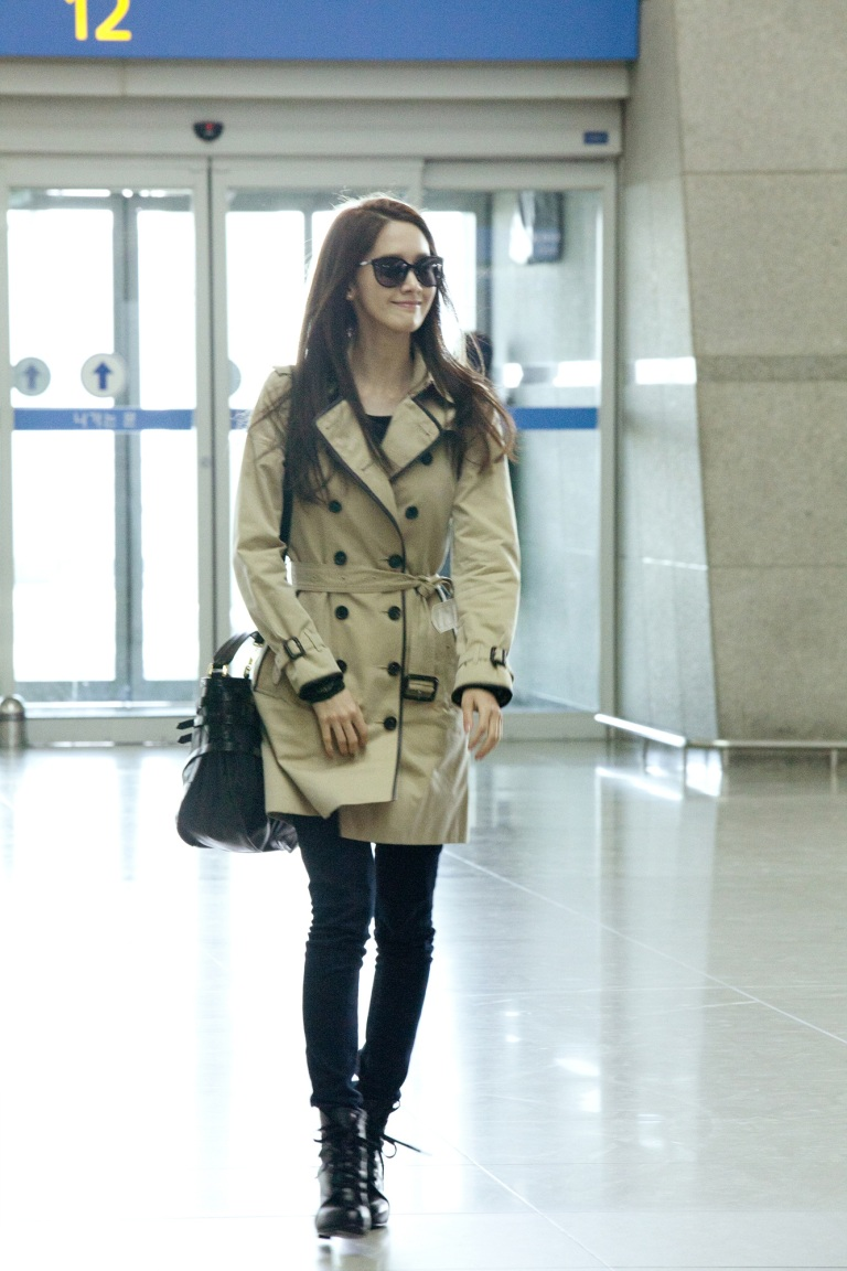 Yoona_wearing_Burberry_Trench_at_Incheon_airport_18thMarch,2012